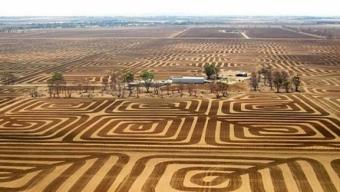 Agricoltore Australiano combatte l'erosione del suolo arando la terra con Disegni Geometrici