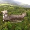 L'incredibile Chiesa abbandonata a forma di Gallina nascosta nelle foreste di Java
