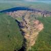"""In Siberia c'è """"la porta per l'inferno"""": una gigantesca voragine causata dal riscaldamento globale"""