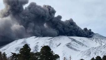 """Una caduta di sabbia vulcanica sta interessando i paesi pedemontani del versante orientale dell'Etna. Il fenomeno è originato dall'attività dei crateri sommitali.  Come spiega il vulcanologo dell'Osservatorio catanese dell'Istituto nazionale di geofisica e vulcanologia Boris Behncke: """"E' già da più di due settimane che il Cratere di Nord-Est – il più alto (3326 m) dei crateri sommitali dell'Etna – sta emettendo cenere in maniera intermittente"""".  """"Oggi, 23 gennaio 2019, si sono osservate emissioni di cenere anche dal cratere Bocca Nuova (il più grande dei crateri sommitali etnei). Questa attività – continua – non ha niente a vedere con i terremoti sui fianchi dell'Etna o con altri cataclismi che qualcuno potrebbe ritenere imminenti. L'attività sismica è attualmente piuttosto bassa e su livelli completamente normali""""."""