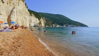 Il caldo riscalda lentamente le acque del mare e dei laghi