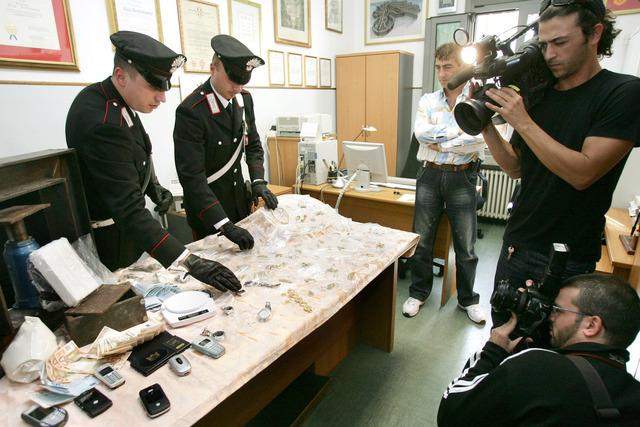 Carabinieri mostrano la refurtiva sequestrata ad una famiglia del clan Casamonica a Roma, 10 ottobre 2006. ALESSANDRO DI MEO - ANSA