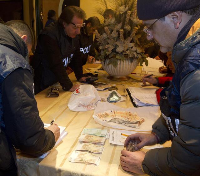 Un momento dell'operazione congiunta di polizia e carabinieri a Roma, dove sono state emesse 39 ordinanze di custodia cautelare nei confronti del clan dei Casamonica con l'accusa di associazione finalizzata al traffico di stupefacenti, 24 gennaio 2012. ANSA/CLAUDIO PERI