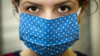 Con il caldo indossare una mascherina sarà ancora più scomodo del solito.